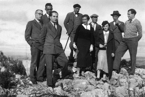 D'esquerra a dreta, Ramon d'Alòs-Moner, Joan Coromines, L. d'Alòs-Moner, Pau Vila, Hilde Stein d'Aramon, Josep Maria de Casacuberta, M. d'Alòs-Moner, Pompeu Fabra i Ramon Aramon.