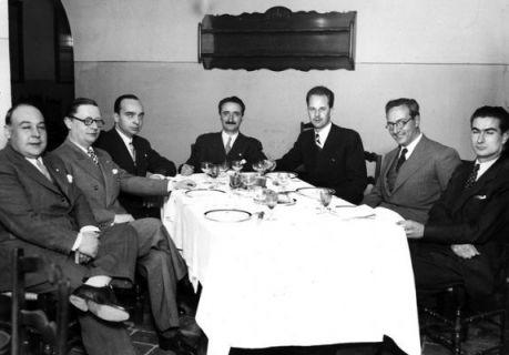 Sopar de professors de la Universitat de Cuyo. D'esquerra a dreta, Romero, Perceval, Cruz, Catalano, Lugaresi, Coromines i Pro.