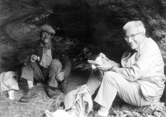 Joan Coromines amb en Tusquet fent enquestes toponímiques, aixoplugats en una cova. Llessui, agost de 1963.