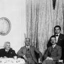 Sessió de treball al Palau de la Generalitat, c. 1932. D'esquerra a dreta, Pere Coromines, Jaume Carner, Francesc Macià, Manuel Serra i Moret, Bonaventura Gassol (dret),  Lluís Companys i Amadeu Hurtado.